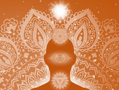 Curso de Biopsicologia com Chakras superiores com formatos e ao fundo mandala rendada na cor laranja e branca