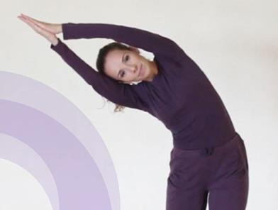 Mulher branca dançando Kaoshikii com mãos viradas para lateral