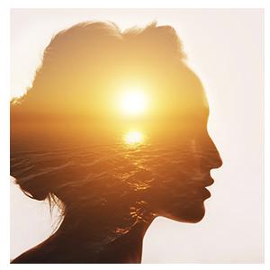 Rosto feminino com imagem do sol na sombra com tons alaranjados para video calma na crise
